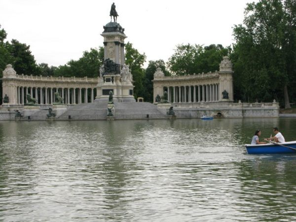 water feature in El Parque de Madrid, with rowboats and sculptures